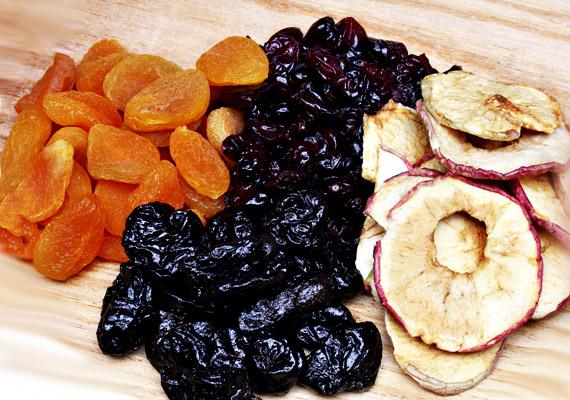 Az aszalt gyümölcsökkel hasonló a helyzet, mint az olajos magvakkal. Alapvetően egészségesek, vitamindúsak, és ajánlott nassolnivalónak számítanak csokoládé, illetve cukorkák helyett, azonban nem vacsorára. Lefekvés előtt fogyasztva inkább csak cukorbombát jelentenek, amelyek kalóriatartalmát elraktározza a szervezet.