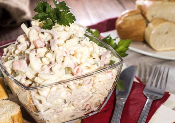 Vacsorára jó választás egy nagy adag saláta, de nem majonézzel nyakon öntve. Szinte mindegy, hogy tésztasalátáról vagy zöldsalátáról van szó, pár kanál majonézzel bármelyikből hizlaló vacsora varázsolható. Tudj meg többet a majonéz hihetetlenül magas kalóriatartalmáról!