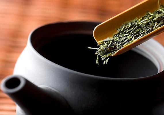 A zöld tea amellett, hogy antioxidáns hatású és élénkít, polifenol-tartalma miatt segít a fogyásban, és javítja az anyagcserét.