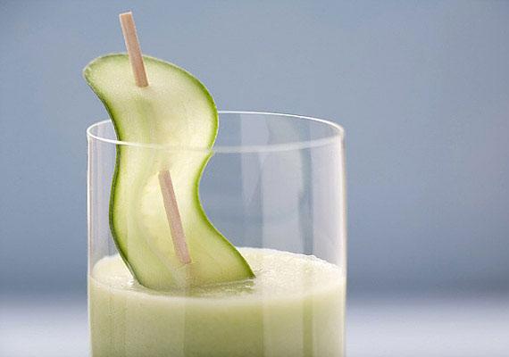 A hűsítő uborkalé szinte nem is tartalmaz kalóriát, viszont segíti a belek megtisztítását.