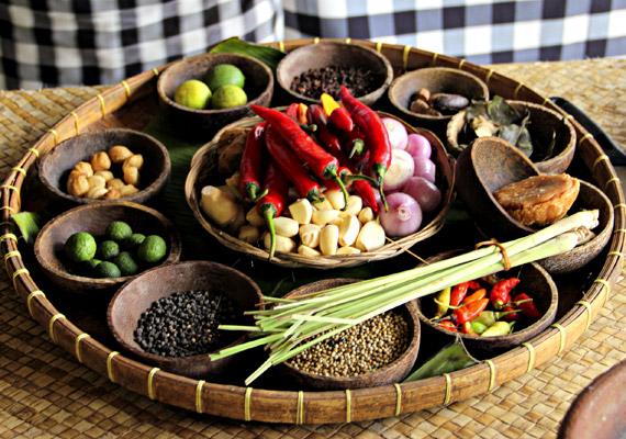 A pikáns, emésztést segítő fűszerek az indonéz konyha elengedhetetlen kellékei. Kedveld fűszernövény a csili, a korinader, a kardamon és a szerecsendió. Ismerj meg még több fogyasztó fűszernövényt!