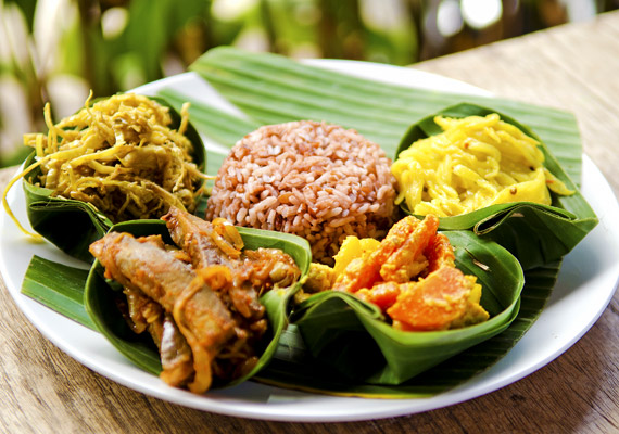 Az indonéz ételek alapját a rizs és a zöldséges ételek adják. A rostban gazdag táplálkozás elengedhetetlen a kellő gyorsaságú anyagcseréhez.