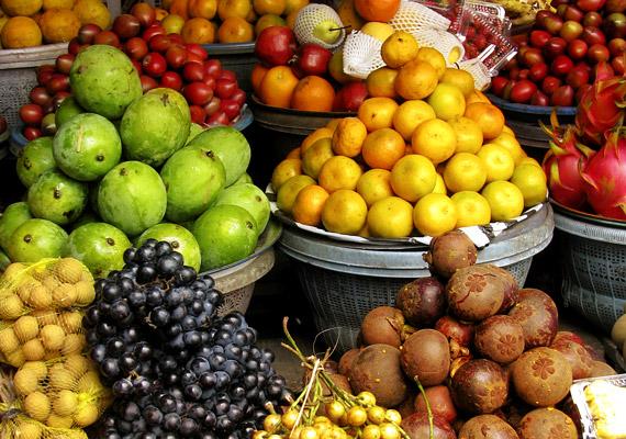 Mi, európaiak tudjuk, hogy naponta legalább öt adag zöldséget, gyümölcsöt kellene fogyasztanunk az egészség és a kiegyensúlyozott anyagcsere érdekében, mégis kevesen esznek ennyit. Indonéziában azonban nemcsak elmélet, hanem gyakorlat az olyan gyümölcsök fogyasztása, mint a jeruklimaut vagy a jeruk nipis.