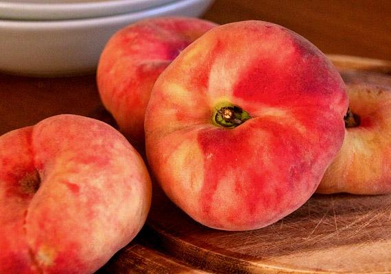 Az elmúlt években hazánkban is egyre több helyen kapható az úgynevezett lapos barack - Prunus persica var. compressa -, mely gyakran édesebb és zamatosabb, mint a nyugati fajták. Magas rost- és vitamintartalmának köszönhetően segíti a fogyást.