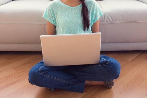 Amikor otthon leülsz a tévé vagy a laptop elé, ne a fotelt válaszd! Sokkal több kalóriát égetsz ugyanis, ha a földre kuporodsz. Ilyenkor tested mélyizmainak, a hátizmoknak, sőt, a hasizmoknak és sok más kisebb csoportnak is dolgozni kell a tartásodon, amivel akár kétszer annyi kalóriát is égethetsz, mint ha csak hátradőlsz.