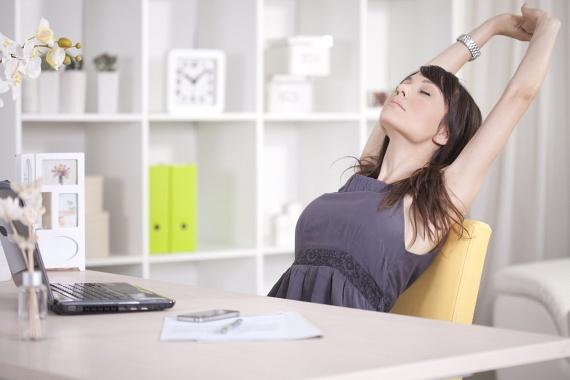Hogyan függhet össze a nyújtózás és a fogyás? A nyújtózkodás közben nemcsak elégetsz néhány plusz kalóriát, de rugalmasabbá, hajlékonyabbá is teheted magadat, így növekszik a mozgásod hatékonysága. Ha a nap folyamán rendszeresen nyújtózol - akár kényelmesen, saját ötlet alapján, akár néhány nyújtógyakorlattal -, akár száz kalóriát is elégethetsz mintegy 15-20 perc alatt, ami észrevétlenül oszlik el a nap folyamán. Még jobb, ha néhány jógagyakorlatot is bevetsz, és így növeled a zsírégetést és a tested a flexibilitását!