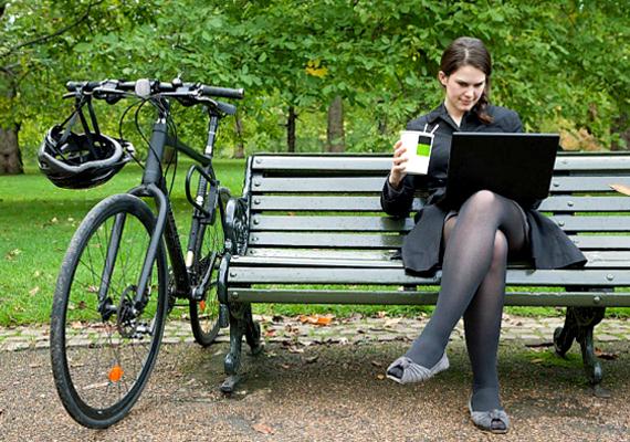 Kerékpározás                         Ha eljön a szép idő, pattanj biciklire, akár a munkába járás megrövidítéseként, akár puszta kikapcsolódással egybekötött zsírégetés gyanánt. Meglátod, megéri, hiszen gyors tempóban akár 350 kalóriát is elégethetsz mindössze 30 percnyi tekerés alatt. Kattints, és elmondjuk, miért jó bringával a városban.