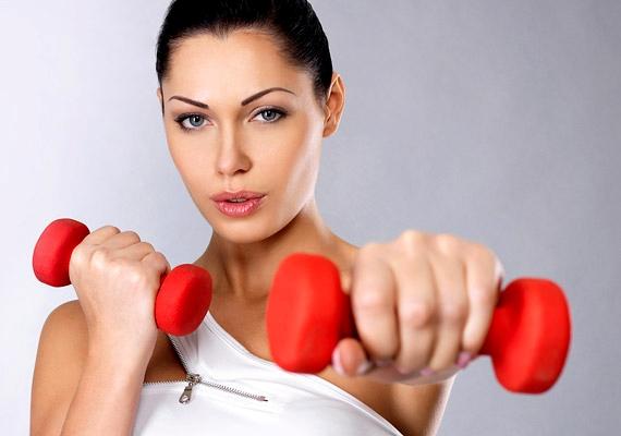 SúlyzózásSúlyokat emelgetni jóllehet télen is tudsz, ám kiegészítő tevékenységként tavaszi ambícióid mellett érdemes végezned a jobb időben is. Főként, hogy egy félórás súlyzózás eredményeképpen akár 210 kalóriától is megszabadulhatsz! Hogy miért kell a fogyáshoz a súlyzós edzés? Kattints, és megtudod!