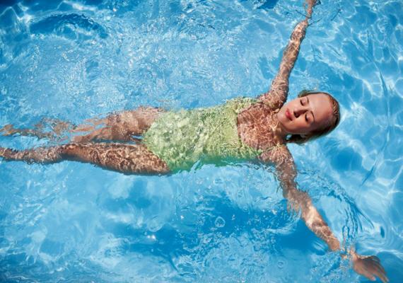 Úszás                         Az úszás amellett, hogy fogyaszt, megmozgatja minden izomcsoportodat, valamint jó a gerincbántalmak ellen is. Számodra azonban az sem lehet mellékes, hogy fél óra alatt 350 kalóriának is búcsút mondhatsz vele!