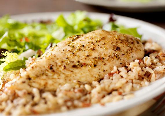 Érdemes a rántott húsok helyett a grillezett változatokat előnyben részesítened, melyeket grillezős serpenyőben is elkészíthetsz. Száz gramm grillezett csirkemell 120 kalóriát jelent, ha pedig száz gramm barna rizst fogyasztasz hozzá köretként, összesen csupán 230 kalóriát vittél be a szervezetedbe.