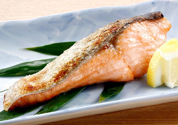 A halak fogyasztása hazánkban erősen a karácsonyi ünnepekre korlátozódik, pedig jó lenne máskor is enni az omega-3 zsírsavakban gazdag, alacsony kalóriatartalmú tengeri állatokat. Száz gramm grillezett lazac 180 kalóriát tartalmaz, ha salátát választasz köretnek - attól függően, adsz-e hozzá valamilyen sajtot -, 280-360 kalóriát viszel be a szervezetedbe.