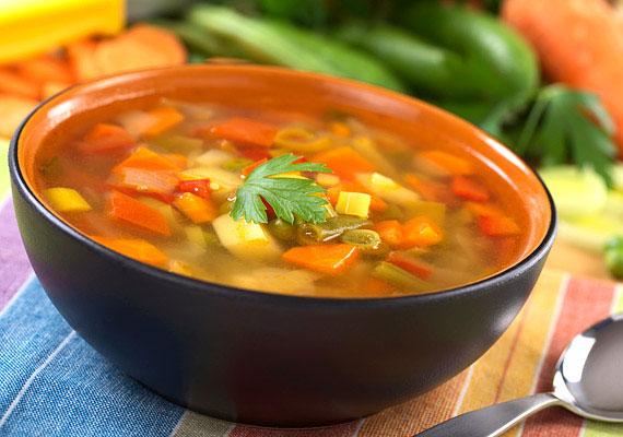 Egy adag hús- és tésztamentes, friss zöldségleves - hozzávalóktól függően - általában száz kalória alatt van. A zöldségleves ráadásul a fogyókúrád alapját is képezheti.