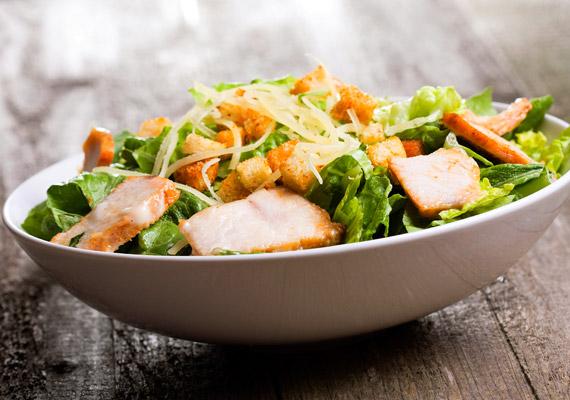Egy adag Cézár-saláta körülbelül 290 kalóriát tartalmaz, majonézzel pedig nem érdemes tovább növelni a energiatartalmát. Már csak azért sem, mert az eredeti recept sem tartalmazza.