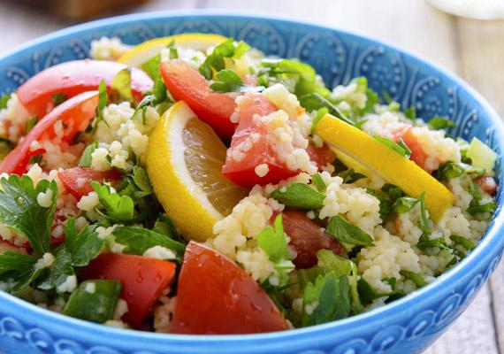 A kuszkusz lehet köret, egytálétel, édesség, illetve saláta. Mi az utóbbira kínálunk egy jó - körülbelül 300 kalóriás - receptet. Kattints ide, és próbáld ki!