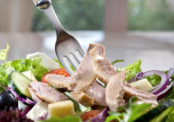 Ha nem kedveled a húsmentes ételeket, egy adag tonhalsaláta - körülbelül 220 kcal energiatartalommal - tökéletes választás. Íme, egy kiváló recept.