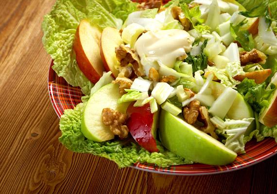 Bár a diót, majonézt és tejszínt is tartalmazó Waldorf-saláta nem kifejezetten alacsony energiatartalmú, egy adag belőle még mindig 400 kcal alatt van - körülbelül 360 kalóriát tartalmaz. Kattints ide egy jó receptért!