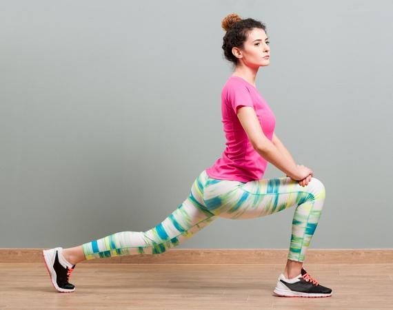 A combra történő edzés során a legegyszerűbb alapgyakorlat a kitörés, melyet végezhetsz előrefele lábanként egy-egy percig vagy váltott lábbal két percig. Figyelj rá, hogy az elől lévő térded nagyjából derékszöget zárjon be. A támaszban egy kicsit rugózhatsz is, vagy kipróbálhatod a hátrafele kitörést - amikor a nyújtott láb indítja a mozdulatot -, ha egy kis változatosságot szeretnél vinni a tornába.