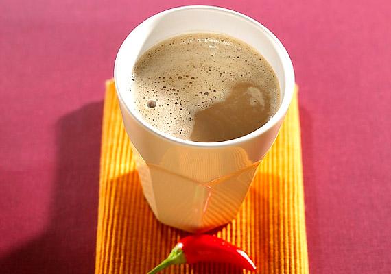 A téli hidegből hazatérve nincs is jobb, mint elszürcsölni egy csésze forró italt. 100%-os kakaóporból és szójatejből készíts magadnak kakaót, és szórd meg egy csipet zsírégető, melegítő hatású chilivel.