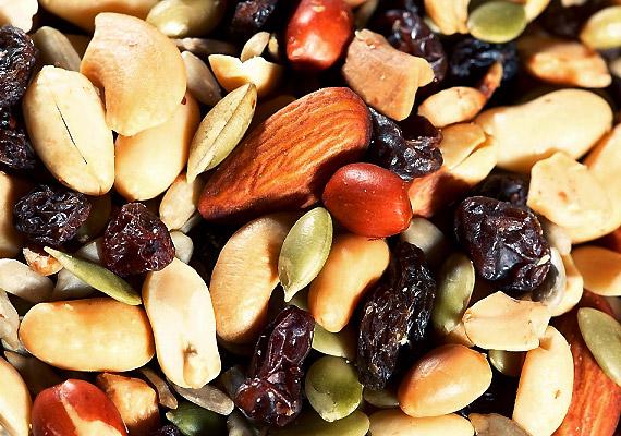 A diákcsemege kedvelt téli nassolnivaló, ráadásul segít a vitamin- és rostpótlásban. A benne lévő olajos magvak telítetlenzsír-tartalmuknak köszönhetően segítenek megőrizni a vonalaidat. Ismerd meg a zsírban gazdag diétát!