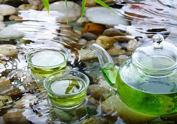 Egy csésze zöld tea egy szelet citrommal nem csupán felüdít, de a fogyásban is segít. A zöld teában lévő polifenolok megemelik a test hőenergia-termelését, így fokozottabbá válik a kalóriaégetés, illetve az anyagcsere-folyamatok is felgyorsulnak. Próbáld ki a zöldtea-diétát!