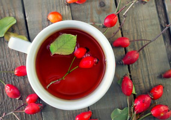Az ősszel érő csipkebogyó nemcsak immunerősítőként állja meg a helyét, magas C-vitamin-tartalmának köszönhetően a zsírégető folyamatokat is segíti. Annak érdekében azonban, hogy a csipkebogyóban lévő C-vitamin ne vesszen kárba, fontos, hogy 40°C-nál magasabb hő ne érje. Korábbi cikkünkből megtudhatod, hogy készítsd szakszerűen a teát!