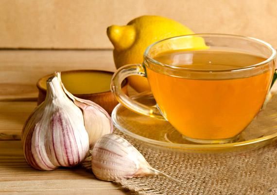Bár merésznek hangzik, a fokhagymát nemcsak az ételeidhez adhatod, hanem akár teát is készíthetsz belőle. A fokhagymatea ideális választás őszi-téli fogyókúrához, hiszen amellett, hogy segít megszabadulni a szervezetben lerakódott méreganyagoktól, serkenti a zsíranyagcserét és alacsonyan tartja a koleszterinszintet, illetve baktérium-és vírusölő hatással is bír. Teája egyszerűen elkészíthető: két kisebb gerezd fokhagymát dobj egy csésze forró fekete teába, majd egy villával nyomkodd szét kicsit, hagyd állni tíz percig, és már fogyaszthatod is.