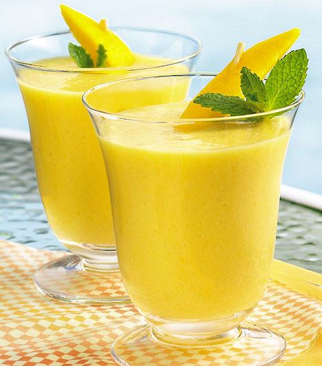 Ananászos-papayás turmix 1 papaya1 doboz zsírszegény joghurtfél bögre friss ananászfél bögre tört jég1 evőkanál kókuszreszelékTedd a hozzávalókat turmixgépbe, majd turmixold körülbelül 30 másodpercig. Ha rostosabban szereted, elég a 15 másodperc is.