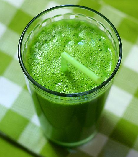 Zöld bomba                         1 bögre zsírszegény tej                         fél bögre joghurt                         4-5 kivi                                                  Tedd turmixgépbe a hozzávalókat. Turmixold teljesen simává, majd töltsd hosszúkás pohárba. Mentalevéllel díszítsd.