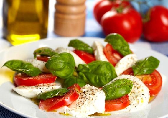 Egy könnyű paradicsomos-mozzarellás saláta bazsalikommal tökéletes és könnyű uzsonna lehet a nyári hónapokban. Kiválthatod vele a délutáni szendvicset.