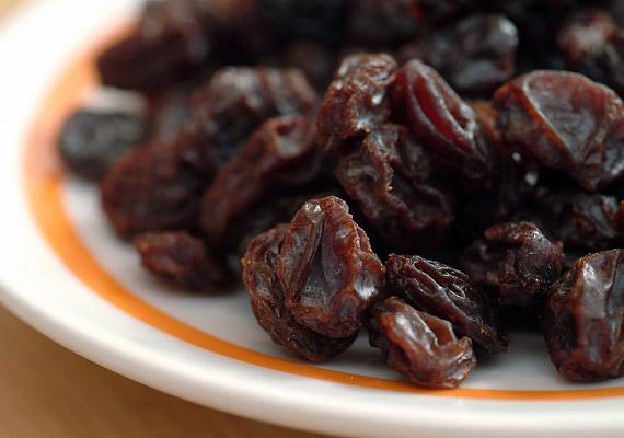 Az aszalt gyümölcsök serkentik az emésztést, szórj mazsolát a reggeli müzlidbe.