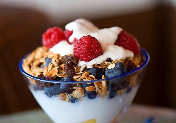 A legegyszerűbb diétás édesség egy pohár joghurt müzlivel, esetleg pár szem gyümölccsel. Reggelinek is remek választás.