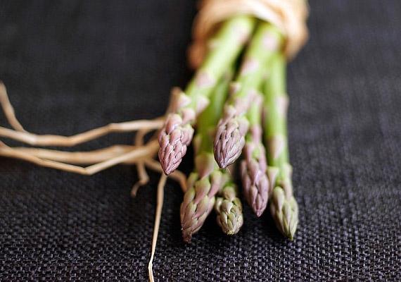 A friss spárgahajtások kevés tápanyagot tartalmaznak, viszont bőségesen van bennük víz, vitaminok, rost- és ásványi anyagok. Fogyaszd őket köretként vagy saláták összetevőjeként.