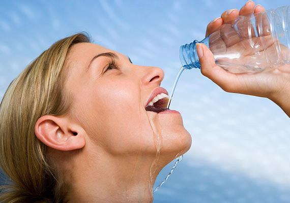 Emésztésed és anyagcseréd megfelelő működése érdekében igyál meg minden nap legalább nyolc pohár vizet, gyógyteát vagy zöldséglevet.
