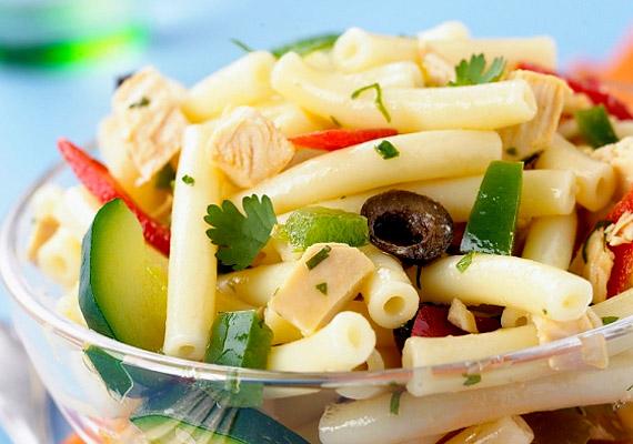 Bár a tésztasaláta alapvetően könnyű nyári vacsora, ha majonézes öntetet raksz rá, nem kimondottan fogyókúrás.
