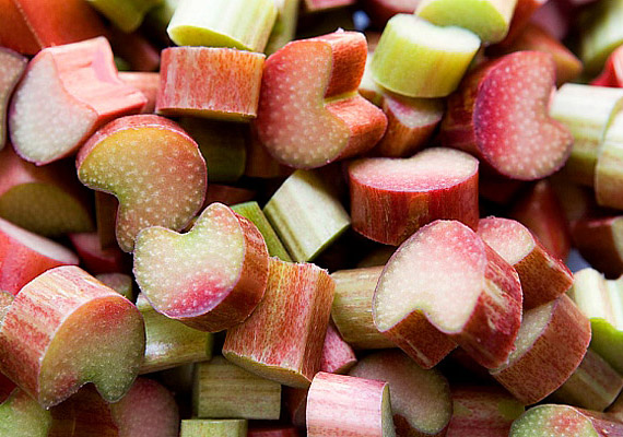 A karakteres ízű, savanykásan édes rebarbarát desszertként is fogyaszthatod, hiszen remek kompótalapanyag. Serkenti az emésztést, és remek lúgosító.