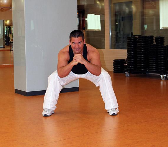 Ebből a testhelyzetből szökkenj terpeszguggolásba, ott is rugózz kettőt, majd végezz a gyakorlatból egy háromszor 20-as sorozatot.