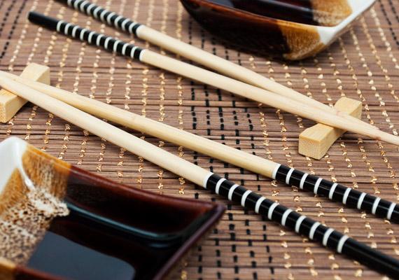 Alapvetően lassabb táplálkozás jellemző a keleti népekre. Az evőpálcikák használata megakadályozza, hogy túl gyorsan fogyjon az étel a tányérról. Ezért fontos, hogy elegendő időt szánj az étkezésre!