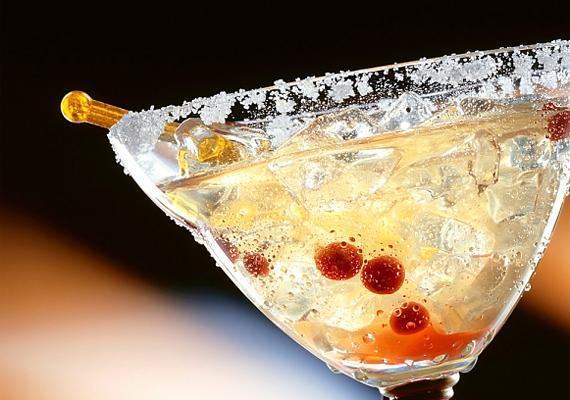 A többféle alkoholból álló koktélokat jobb, ha hanyagolod. Így például ajánlott kerülni a Margaritát, amelyben a tequila mellett Cointreau likőr is van. Ennek megfelelően ugyanis egy deci Margarita koktél több mint 200 kalória.