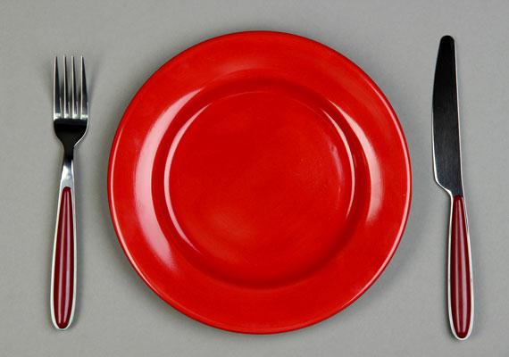 A piros egyfajta vizuális tiltásként hat a szervezetre. Ha tehát ilyen színű tányérból eszel, kevesebbet ételt veszel magadhoz. A kisebb méretű tányér ugyancsak jó választás, hiszen ugyanaz a mennyiségű étel többnek hat rajta, mint egy nagyobb tányéron.