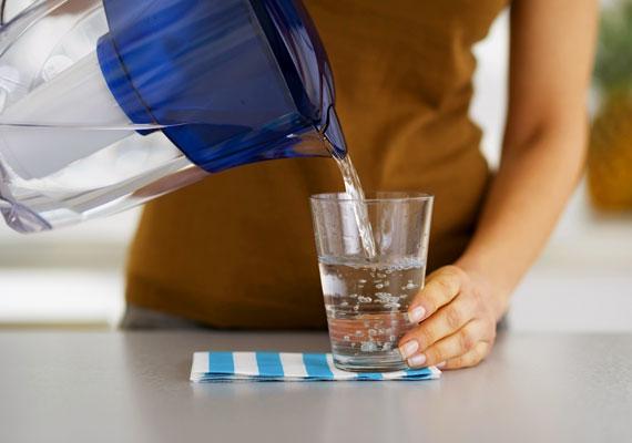 Étkezés előtt mindig fogyassz el egy pohár vizet. Egyrészt a kalóriadús fogások elől helyet szorít ki, másrészt serkenti az anyagcserét. A napodat pedig indíthatod akár egy pohár meleg citromos vízzel is. Korábbi cikkünkben elmondjuk, miért.