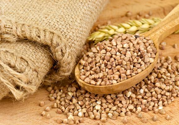HajdinaSzintén ősi élelmiszereink egyike a hajdina, amely a fogyókúrás étrend egyik alapköve lehet a te esetedben is. Roppant olcsó, nagyon laktató, kiváló fehérje-, vitamin- és ásványianyag-forrás!
