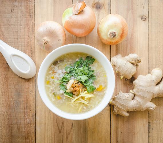 Emésztésserkentő rizsleves gazdagonA rizs csodás, emésztésjavító és fogyasztó hatásaival már foglalkoztunk egy korábbi cikkünkben. Ehhez a leveshez barna rizst használj, melyet főzz elő nagyjából 20 percig. Készíts egy alap zöldséglevest - sok zellerrel és sárgarépával - azzal a különbséggel, hogy kerüljön bele paradicsom, reszelt gyömbér és egy kevés citromlé is. Ehhez keverd hozzá a rizst, és főzd össze őket, míg minden puha nem lesz, lassú tűzön. Fűszerezd többféle borssal, curryporral, por állagú gyömbér is kerülhet bele, és pluszban reszelj még hozzá fokhagymát. A fokhagyma kiválóan méregtelenít, koleszterinszint-csökkentő, a citrom pedig segíti a zsírégetést, akárcsak a paradicsom: oxálsavtartalma felgyorsítja a fogyást.