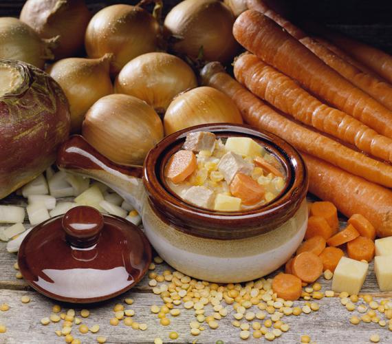 Méregtelenítő, zsírégető zöldséglevesA leves fő alkotói: póréhagyma, sárgarépa, zeller, burgonya. A póré emésztéssegítő, a méregtelenítésért felelős szervek működését támogatja. A sárgarépa erősebbé teszi az immunrendszert magas vitamin- és ásványianyag-tartalmával, míg a zeller gazdag rostokban, és enyhe vízhajtó hatása is ismert. A krumpli könnyebbé teszi az emésztést.Így készítsd: fonnyassz póréhagymát egy fazékban kevés olívaolajon, majd dobáld rá a sárgarépát és a zellert. Kicsit pirítsd őket, majd öntsd fel zöldségalaplével. Ez lehet fűszerezett forró víz is: sóval, petrezselyemmel, zellerlevéllel, kurkumával, fekete borssal. Hogy igazán összeérjenek az ízek, sokáig főzd, lassú tűzön. Mikor már puhulnak a zöldségek, add hozzá a felkockázott krumplit. Továbbra is főzd lassú tűzön, míg egészen puhák nem lesznek a zöldségek. Dúsíthatod céklával is, melynek jótékony hatásairól itt olvashatsz. Ha leturmixolod, remek krémleves készülhet belőle.