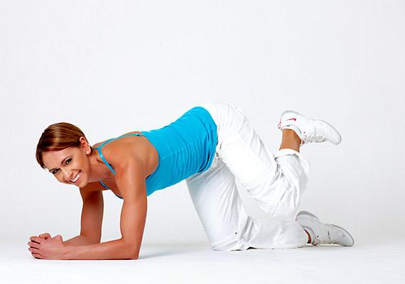 Kirúgás hátra. Helyezkedj el térdelőtámaszban, az egyik lábad húzd be egészen a hasad alá, a csípőd kicsit fordítsd kifelé, a lábfejed feszítsd vissza.