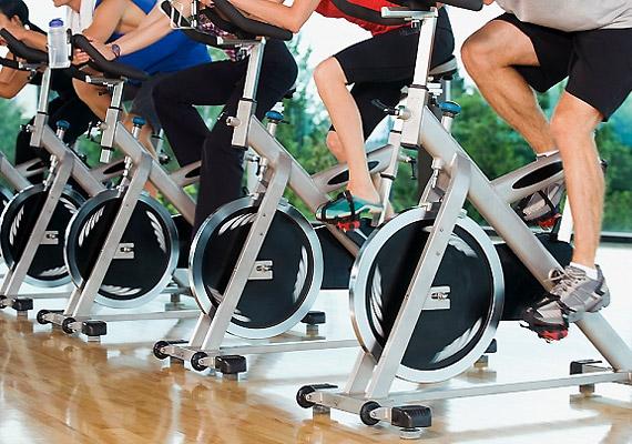 Végezz az edzések végén intervallum-kardiót az extra hasizomgyakorlatok, felülések, hasprések helyett. Ha például felülsz a kerékpárra, ne egyenletes tempóban tekerj, hanem egyszer teljes erőbedobással, majd normál tempóban - ezt váltogasd néhányszor. Tudj meg többet az intervall edzésről!