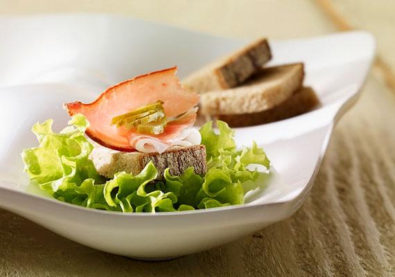 Hogy ne terheld meg nagyon az emésztőrendszeredet, és étkezés után ne nőjön duplájára a hasad, egyél naponta ötször, kis adagokban.