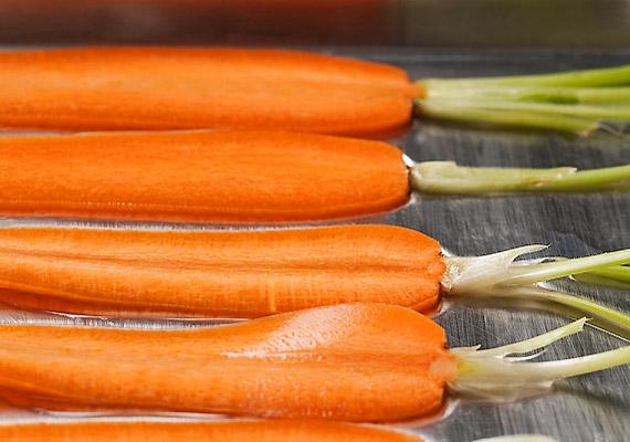 A sárgarépa gyorsítja az anyagcserét, méregtelenít, csökkenti a vér koleszterinszintjét, és gátolja a káros anyagok felszívódását. Káliumtartalmának köszönhetően megszabadít a hason lerakodott feleslegtől.