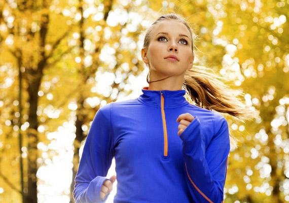 Felülések, hasprések helyett hatékonyabbnak bizonyulnak az olyan kardió mozgásformák, mint a futás. Míg ugyanis előbbiek erősítik a hasizmot, ám kevés zsírt égetnek, utóbbiak segítségével hatékonyabban szabadulhatsz meg testeden bárhol kialakult zsírpárnáktól. És hogy mennyi futás javasolt a fogyás érdekében? Kattints, és elmondjuk!