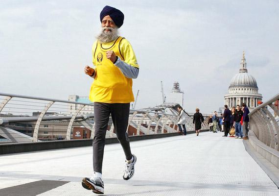 Fauja Singh a világ legidősebb maratoni futója. Az egykori földműves 89 évesen kezdett el futni, felesége és a fia halálát követően, hogy így lábaljon ki gyászból. Az indiai származású, Nagy-Britanniában élő szikh férfi legjobb idejét 92 évesen futotta, ekkor 5 óra 40 perc alatt teljesítette a távot. Az utolsó teljes maratonját Torontóban futotta 100 évesen, 8 óra 11 perc alatt. Mivel azonban a Turbános tornádó születési anyakönyvvel nem tudja igazolni életkorát, sajnos a Guinness nem ismerte el világrekorderként.