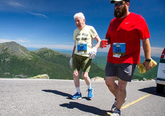 A 95 éves George Etzweiler jelenleg a legidősebb ember, aki teljesítette a 7,6 mérföldes - 12 kilométeres -, 4727 láb - 1441 méter - szintkülönbséggel bíró Mount Washington Road Race-t. Mindezt 3 óra 28 perc alatt, ám elégedetlen eredményével, és úgy tervezi, jövőre 3 óra 15 perc alatt futja le a távot. Az egykori villamosmérnök, professzor először '89-ben, 62 évesen futott, fia unszolására. Az utóbbi években ő volt az egyetlen futó a 90 év feletti korcsoportban.